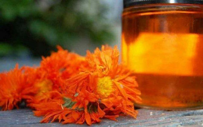Для лечения аллергии у детей народными средствами нередко используют ромашку и календулу.