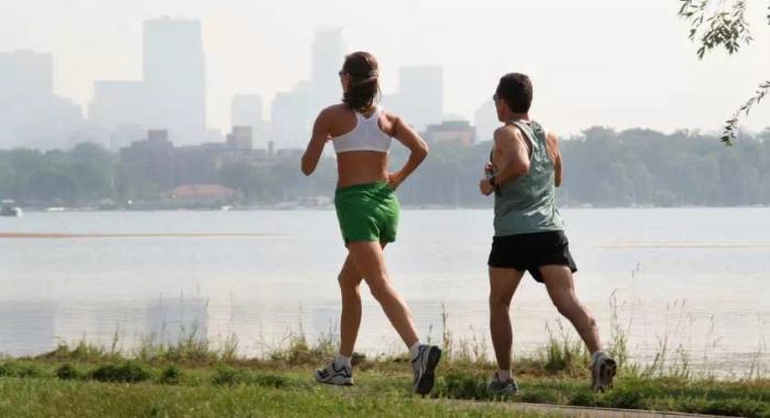 Прогулка или легкий бег возле воды благоприятно воздействует на организм во время голодания при псориазе