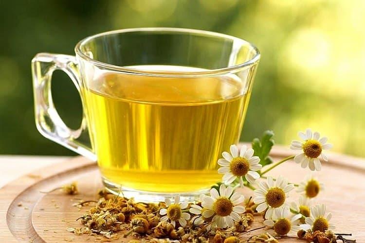 Проверенный метод, как лечить аллергию народными средствами, это ромашковый чай и отвар.
