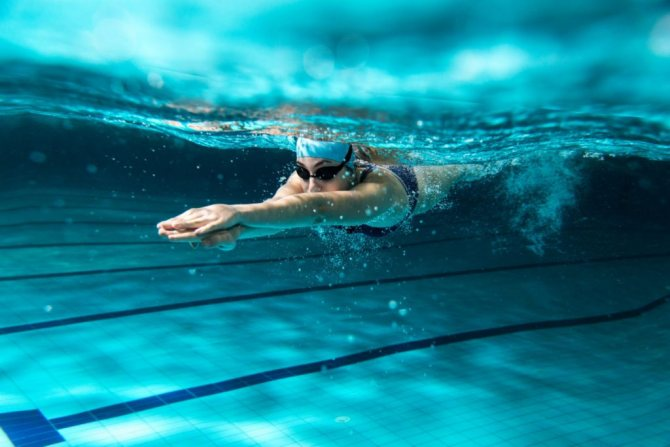 Вода бассейна и сохнущая кожа